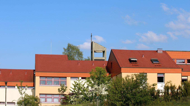 St. Josefs-Stift Eisingen mit Turm der St. Josefskirche