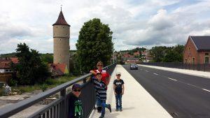 Schöne, breite Gehwege auf der Neuen Mainbrücke in Ochsenfurt - am 28. Mai 2019 war Verkehrsfreigabe