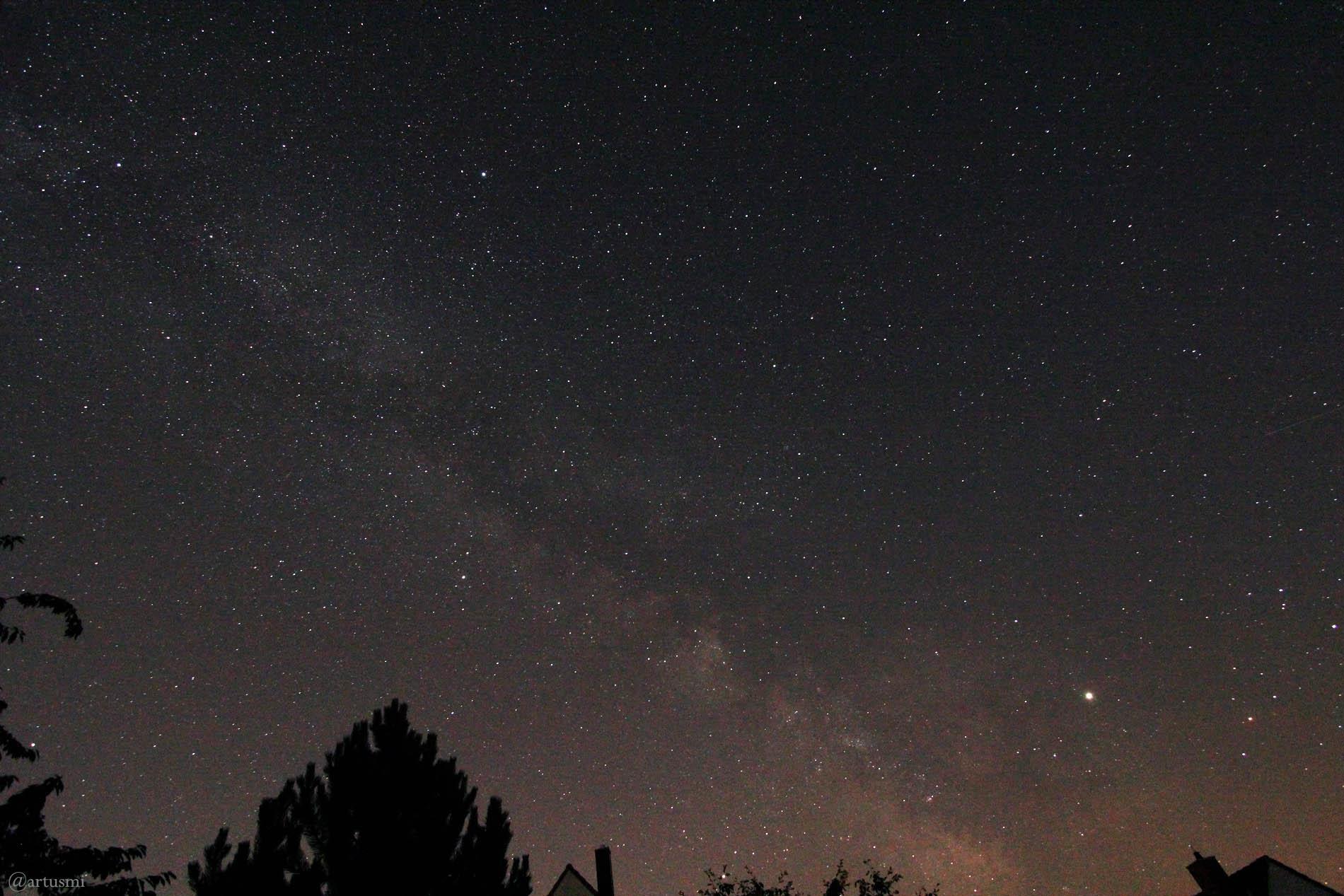 Die Milchstraße mit Sommerdreieck, Saturn und Jupiter am 29. Juni 2019 um 00:22 Uhr am Südhimmel von Eisingen.