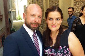 Flo und Julia vor der standesamtlichen Hochzeit