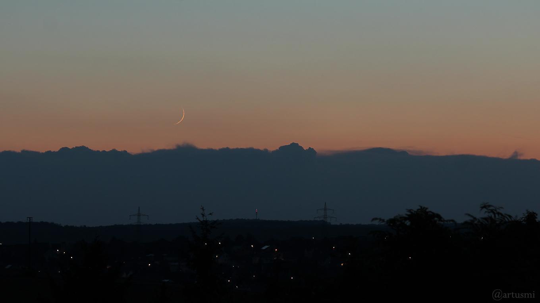Schmale Mondsichel am 31. August 2019 um 20:41 Uhr am Westhimmel über Waldbrunn