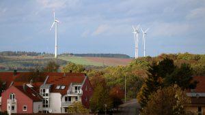 Windräder südlich von Leinach jenseits des Höhenwegs in Eisingen am 11. Oktober 2019