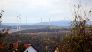 Blick von Eisingen auf die Windräder bei Helmstadt und die Bergzüge des Spessarts am 11. Oktober 2019