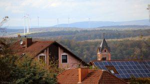 Blick von Eisingen auf die Windräder bei Helmstadt am 11. Oktober 2019
