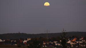 Untergehender Mond am 14. Oktober 2019 um 07:28 Uhr bei Waldbrunn