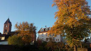 St. Nikolauskirche und Rathaus in Eisingen am 14. Oktober 2019