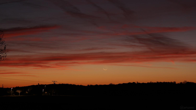 Liegende sehr schmale Mondsichel am 27. Oktober 2019 um 06:05 Uhr am Osthimmel von Eisingen