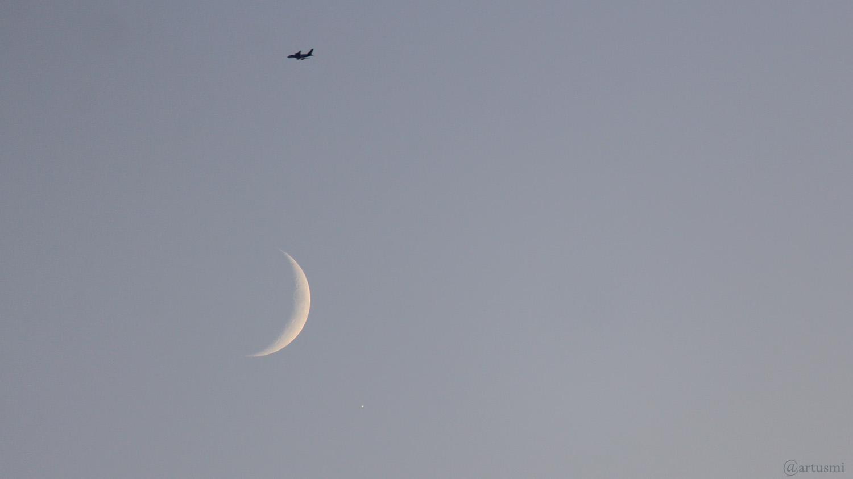 Flugzeug, zunehmender Mond und Planet Jupiter am 31. Oktober 2019 um 17:04 Uhr am Südsüdwesthimmel