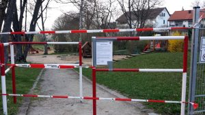 Wegen Coronavirus gesperrter Spielplatz am 20. März 2020 am Alten Hettstadterweg in Eisingen