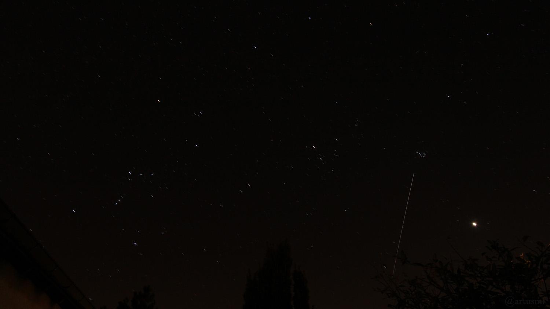 Die Internationale Raumstation ISS am 23. März 2020 um 20:38 Uhr zwischen Hyaden, Plejaden und der Venus