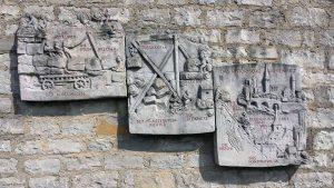 Künstlerisch gestaltete Steintafeln in Kleinochsenfurt
