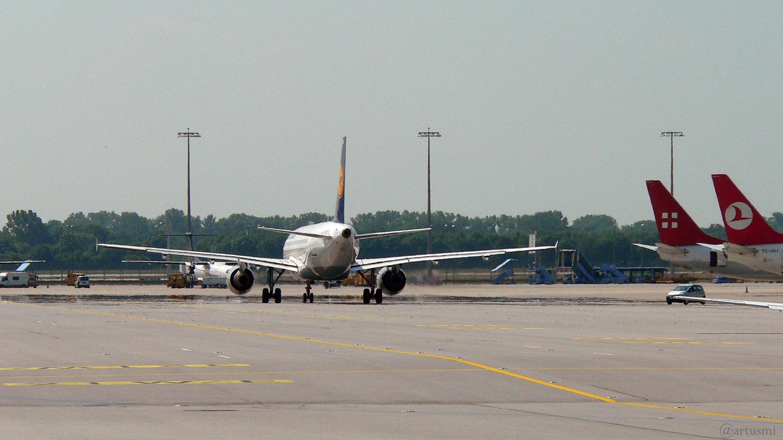 Flugzeug auf der Startbahn von hinten