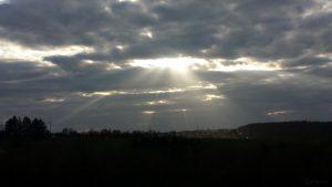Wolkenstrahlen am 3. April 2020 um 18:45 Uhr über Waldbrunn
