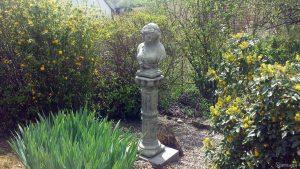 Steinfigur Büste Kate mit Säule am 14. April 2020