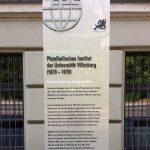 Infostele an der Röntgen-Gedächtnisstätte in Würzburg