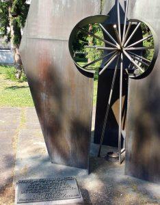 Kunstwerk zum Gedenken an Wilhelm Conrad Röntgen - Röntgenring 8 in Würzburg