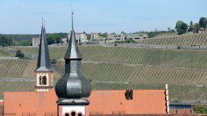 Blick zwischen die Türme der Don-Bosco-Kirche und der Deutschhauskirche auf das Schloss Steinburg in Würzburg am Main am 18. Mai 2020