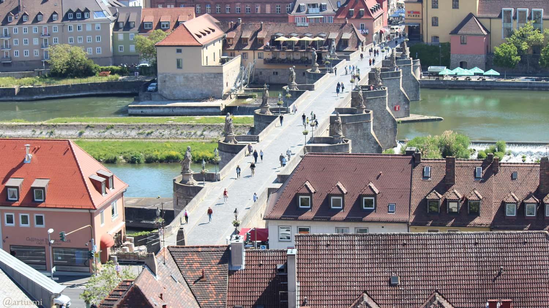 Teure Späße auf der Alten Mainbrücke in Würzburg