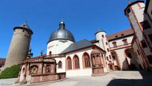 Menschenleerer Burghof der Festung Marienberg in Würzburg am 18. Mai 2020
