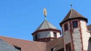 Doppelmadonna im Strahlenkranz auf der Turmspitze des Marienturms der Festung Marienberg in Würzburg