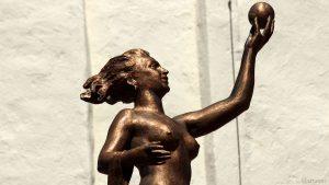 Bronzefigur der Fortuna auf dem Brunnentempel der Festung Marienberg in Würzburg