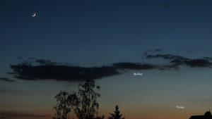 Mond mit Erdlicht, Merkur und Venus am 25. Mai 2020 um 22:07 Uhr