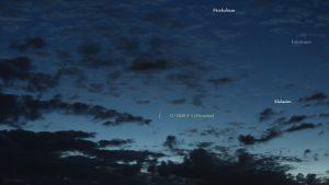 Komet C/2020 F3 (NEOWISE) am 10. Juli 2020 um 03:56 Uhr mit Sternen des Sternbildes Fuhrmann am Nordosthimmel von Eisingen