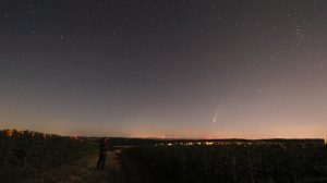 Komet C/2020 F3 (NEOWISE) am 12. Juli 2020 um 02:39 Uhr am Nordosthimmel von Eisingen