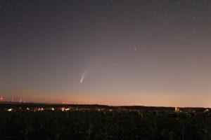 Komet C/2020 F3 (NEOWISE) am 12. Juli 2020 um 02:48 Uhr am Nordosthimmel von Eisingen