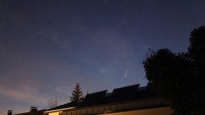 Komet C/2020 F3 (NEOWISE) am 18. Juli 2020 um 23:12 Uhr am Nordwesthimmel von Eisingen