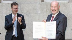 Langer Applaus auch vom Oberbürgermeister für den Alt-Landrat. Christian Schuchardt überreichte Eberhard Nuß die Ehrenmedaille des Oberbürgermeisters.