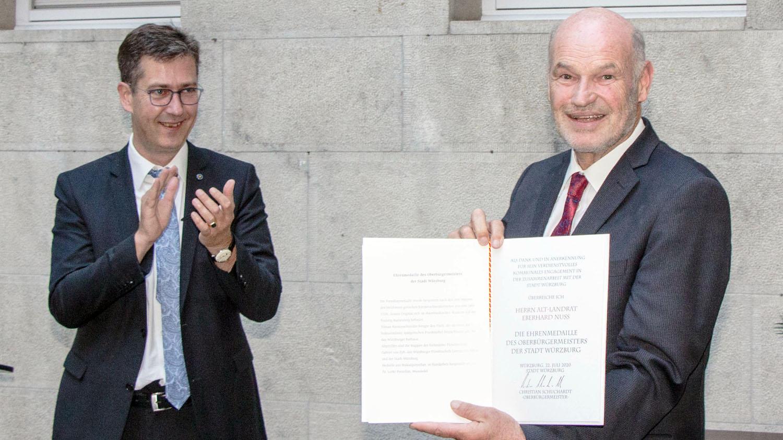 OB Schuchardt überreicht Ehrenmedaille an Alt-Landrat Eberhard Nuß