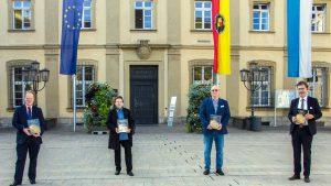 Stadtarchivleiter Dr. Axel Metz, Dr. Renate Schindler, Dr. Uwe Schreiber und Oberbürgermeister Christian Schuchardt präsentieren die neue Publikation, die tief in Riemenschneiders Ära als Ratsherr eintaucht