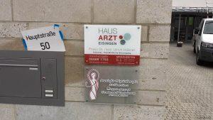 Tafeln der Arztpraxis Dr. Hübner der Praxis für Physiotherapie Herre am 8. Oktober 2020 am Dorfzentrum in Eisingen