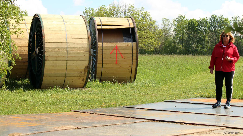 Metallplatten als Zufahrt zu den Seiltrommeln an den Freileitungsmasten zwischen Eisingen und Kist