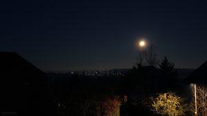Der Mond am 30. November 2020 um 06:47 Uhr über Waldbrunn