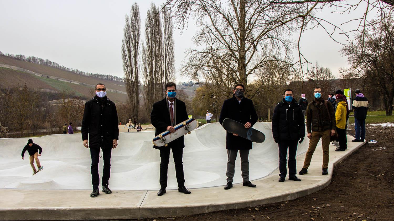 Trotz der winterlicher Temperaturen kamen schon am Eröffnungstag viele neugierige Skater zur neuen Bowl auf den Mainwiesen