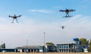 Ein Teil der eingesetzten Drohnen vor den Flughafengebäuden
