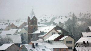 Kath. Kirche St. Nikolaus und Rathaus in Eisingen am 6. Januar 2021