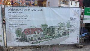 """Bautafel am Neubau """"Alte Schmiede"""" am 28. März 2021 in der Hauptstraße in Eisingen"""