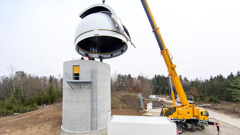Ungewöhnliche Last am Haken - Ein Spezialkran hob die Kuppel auf den zehn Meter hohen Rohbau