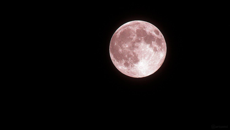 Der sog. Pink Moon am 27. April 2021 um 01:17 Uhr - von uns hier absichtlich rosa eingefärbt