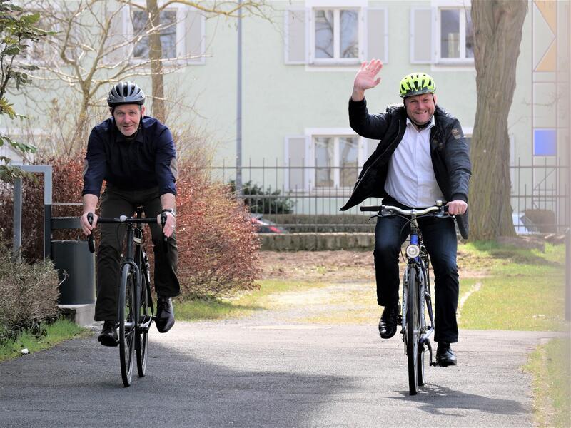 Landrat Thomas Eberth (rechts) und Michael Dröse, Leiter der Kreisentwicklung am Landratsamt Würzburg (links) testen ihre Fahrräder für den Radlerfrühling auf Verkehrstüchtigkeit.