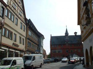 Rathaus und Fachwerkhäuser in der Hauptstraße in Ochsenfurt
