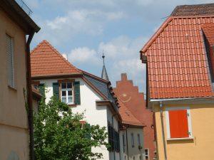 Blick von der Sterngasse auf das Rathaus in Ochsenfurt