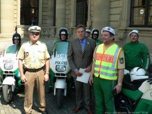 Bundeswirtschaftsminister Michael Glos (CSU) bei Einsatzkräften der Polizei an der Residenz in Würzburg