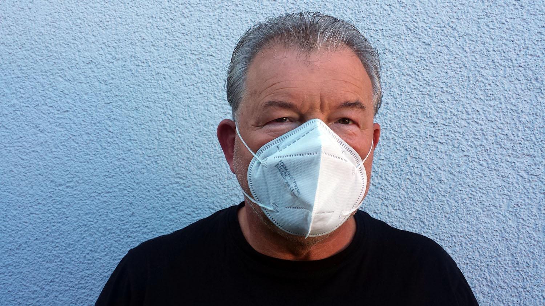 Artur Schmitt mit FFP2-Maske
