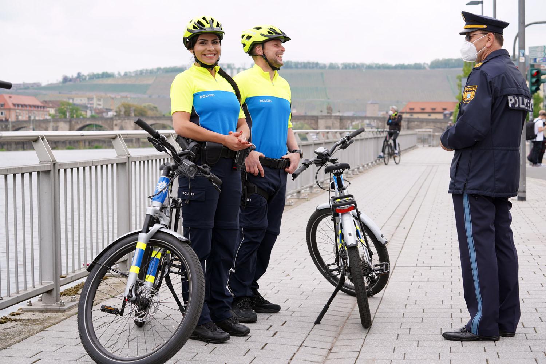 Selina Laskowitz, Daniel Weber und Polizeipräsident Gerhard Kallert am Willy-Brandt-Kai in Würzburg
