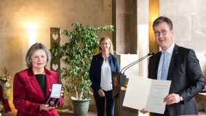 Oberbürgermeister Christian Schuchardt händigte Britta Pracher die Verdienstmedaille des Verdienstordens der Bundesrepublik Deutschland aus. Hinten Mitte Bürgermeisterin Judith Jörg.