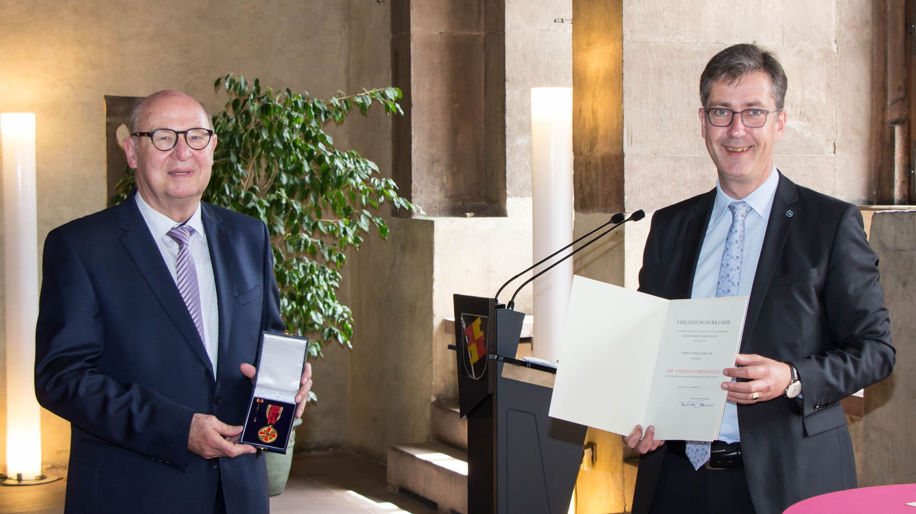Werner Scheller war ebenfalls Empfänger der Verdienstmedaille des Verdienstordens der Bundesrepublik Deutschland. Re. Oberbürgermeister Christian Schuchardt.